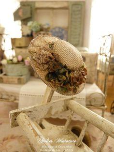 Chapeau rétro miniature gris  vieilli et « sali », Fleurs fanées, Accessoire de mode pourmaison de poupée, échelle 1/12 by AtelierMiniature on Etsy