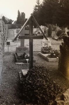 Grób Zofii Stryjeńskiej. Cmentarz w Chêne-Bourg przy kościele parafialnym p.w. św. Franciszka de Sale i św. Piotra, w którym mozaiki wykonał syn Zofii Stryjeńskiej Jacek.  Krzyż w stylu zakopiańskim zaprojektował drugi syn Stryjeńskiej Jan.