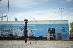 3 reasons men should do handstand: They'll make your upper body super strong. They can boost your mood. They build core strength. Yoga Positionen, Yoga For Men, Handstand, Upper Body, How To Do Yoga, Mood, Workout, Building, Travel