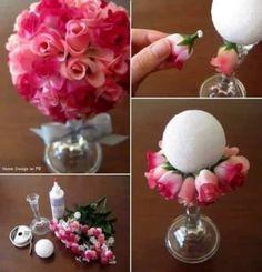 Vimos estos centros de mesas con flores artificiales, con gomitas, bombones y muchas opciones mas, hoy le toco a las rosas. Me parece una buena opcion para aquellas quei quieren colocar las rosas de una manera diferente. Que opinan?