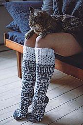 Syksy on iloinen asia, koska silloin saa laittaa jalkaan villasukat. Diy Crafts Knitting, Loom Knitting, Knitting Socks, Free Knitting, Knitting Projects, Crochet Socks, Knit Crochet, Wool Socks, Leg Warmers