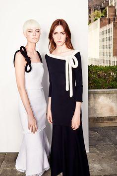 The complete Oscar de la Renta Resort 2018 fashion show now on Vogue Runway. Fashion 2018, Fashion Show, Fashion Dresses, Fashion Looks, Womens Fashion, Fashion Fashion, Winter Typ, Vogue, Black White Fashion