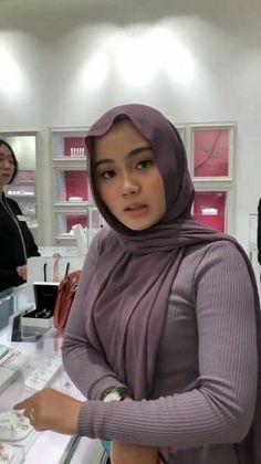 Raiza Irf's 608 media content and analytics Stylish Hijab, Casual Hijab Outfit, Hijab Chic, Beautiful Hijab Girl, Beautiful Muslim Women, Arab Girls Hijab, Muslim Girls, Hijabi Girl, Girl Hijab