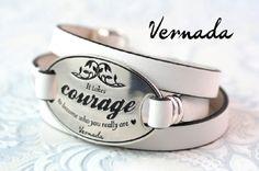 Vernada Design -kieputettava nahkakäsikoru, COURAGE, valkoinen. #Vernada #jewelry #bracelet #wraparound #leather #suomestakäsin #finnishdesign