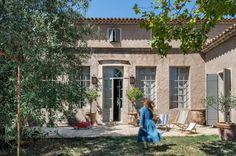 Una coppia di decoratori, Sara Giunta e Jean-Luc Charrier, entrambi di origine italiana, coltivavano da sempre un sogno, stabilirsi nel sud della Francia con i loro numerosi figli. Il sogno è diventato realtà quando in Provenza hanno trovato questa antica casa del XVIII secolo, che rappresenta il
