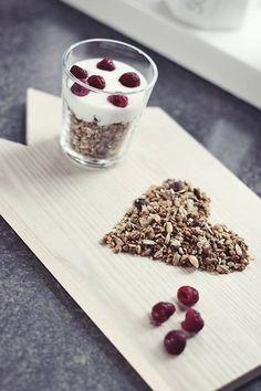 Una buona e sana colazione comprende: yogurt, cereali, frutta.