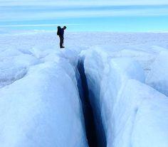 scinexx | Grönlands Gletscher sind instabiler als gedacht: Weicher Untergrund macht die Eisriesen anfälliger für Wetterextreme - Grönland, Gletscher, Eisschild - Grönland, Gletscher, Eisschild, Klimawandel, Schmelzwasser, Klimafolgen, Erwärmung, Untergrund, Glaziologie