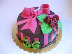 Torta pacco regalo con decoro floreale