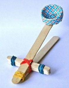 Make toys like this catapult yourself. Budge - education - Make toys like this catapult yourself. Budge You are in the right place about baby room ideas Here - Popsicle Stick Crafts, Craft Stick Crafts, Diy Crafts For Kids, Projects For Kids, Fun Crafts, Arts And Crafts, Craft Party, Children Crafts, Craft Ideas