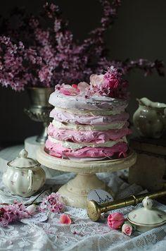 Jak tylko dostałam do ręki liofilizowane maliny wiedziałam, że jednym z deserów jakie z nimi upiekę będą bezy. Już kiedyś eksperymentowałam z malinowymi bezami i wiedziałam, że to się musi udać Tym razem odważyłam się na tort bezowy. Z okazji robienia zdjęć kupiłam sobie kwiaty, wygrzebałam do stylizacji resztki starego serwisu babci i użyłam nowo zakupionej na targu staroci skrzynki. Wyszło […]