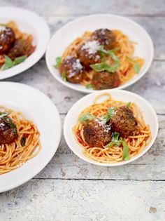 A delicious Jamie Oliver meatball pasta recipe that is loved by adults and kids; pork and beef meatballs in a rich tomato sauce, the perfect combo! Beef And Pork Meatballs, Best Meatballs, Italian Meatballs, Easy Tomato Sauce, Homemade Tomato Sauce, Sauce Tomate Simple, Pasta Recipes, Cooking Recipes, Spaghetti