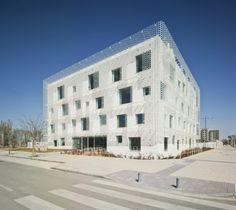 Central Office of FEDA Confederation of Employers of Albacete | Cor & Asociados | Location: Albacete, Spain. Client: Confederación de Empresarios de Albacete Feda Area: 4,375 sqm Photographs: © David Frutos