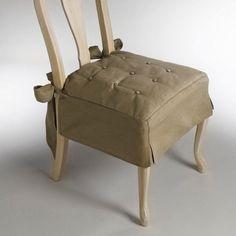 Galette de chaise. La beauté lumineuse de la toile métis : un mélange naturel de lin et de coton (55 % lin, 45 % coton). Beaucoup plus qu'un coussin tapissier, cette galette volantée habille votre chaise en un clin d' œil !Caractéristiques galette de chaise :- Housse capitonnée (boutons recouverts) pour un confort irrésistible. - Larges doubles nouettes biseautées à nouer au dos. - Beaucoup d'élégance avec sa finition jupe à plis creux (H. 18 cm). - Garnissage polyester.- Excellen...