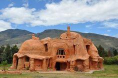 Глиняный особняк Каса Терракота (Casa Terracotta), построенный Октавио Мендосой (Octavio Mendoza) в испанском муниципалитете Лейва.