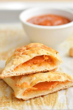 Easy Cheesy Homemade Pizza Pockets Cook, bake, craft, create, one little project at a time!Easy Cheesy Homemade Pizza PocketsI love these homemade pizza pockets because you ca Dinner Casserole Recipes, Quick Dinner Recipes, Easy Healthy Recipes, Whole Food Recipes, Pizza Recipes, Vegetarian Recipes, Smores Dessert, Homemade Pizza Pockets, Easy Meals For Two