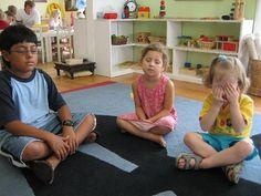 Hogyan lehet sok pici gyereknél egyszerre elérni, hogy csendben maradjanak, úgy hogy élvezzék is? Montessori csend gyakorlatok...