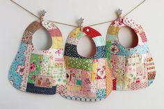 patchwork pour le bébé - des bavoirs mignons et multicolores