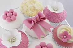 Bows, Swirls and Pearls - cupcake decorating workshop class in Bristol, UK.  www.customcakeclasses.com