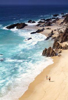 Porque nos hemana la península y porque queríamos cerrar el círculo de playas ibéricas, elegimos 50 horizontes costeros lusos que quitan el hipo. Kilómetros de belleza natural repartidos por Portugal, islas Azores y Madeira. Y todos estos paraísos de arena y sol están a tiro de piedra, como en casa vamos. ¿Hace un baño atlántico?