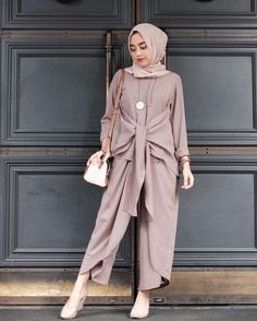 This Elegant muslim outift ideas for eid mubarak 60 image is part from Elegant Muslim Outfits Ideas for Eid Mubarak gallery and article, click read it bellow to see high resolutions quality image and another awesome image ideas. Islamic Fashion, Muslim Fashion, Modest Fashion, Hijab Casual, Modest Dresses, Modest Outfits, Eid Outfits, Kaftan, Moslem