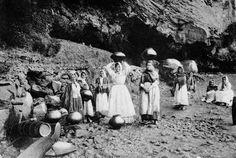 Mujeres con bernegales en la cabeza, cargando agua circa 1931