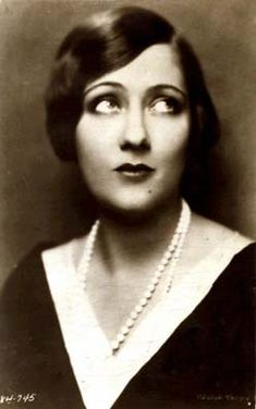 Gloria Swanson was a vegetarian actress Famous Vegetarians, actors, actresses, and other vegan movies stars and musicians. Old Hollywood Stars, Hooray For Hollywood, Vintage Hollywood, Classic Hollywood, Silent Film Stars, Movie Stars, 1920s Makeup, Classic Actresses, Vintage Photographs