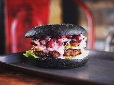 Patarei Burger on maukkaita hampurilaisaterioita tarjoava ravintola. Se on saanut nimensä noin kilometrin päässä sijaitsevan vanhan Patarei-vankilan mukaan. Tallinnalaisella Patareilla on synkkä historia, mutta ravintolan kokkien käsittelyssä siitä syntyy jotain hyvää, nimittäin herkullinen Patarei-hampurilainen. Se sisältää virolaisen ruokakulttuurin aineksia, kuten esimerkiksi naudanlihaa, haudutettua kaalia ja karpalomajoneesia. Ravintolan teema on maailmankuulut vankilat. Osoite: Staapli… Hamburger, Ethnic Recipes, Food, History, Meal, Hamburgers, Essen, Hoods, Burgers