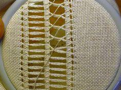 COME INVECCHIARE UNA PEZZA DI LINO TUTORIAL CORNICE STOFFA A 45 ° TUTORIAL SFILATURA T LONE STAR ... Hardanger Embroidery, Hand Embroidery Stitches, Embroidery Needles, Embroidery Hoop Art, Ribbon Embroidery, Bordado Popular, Hem Stitch, Drawn Thread, Point Lace