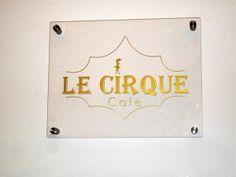 A napoli nelle storiche sale dell'ex caffè chantant ora c'è un bistrot con contorno di opere d'arte: Le Cirque