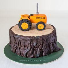 Cake design. Gâteau personnalisé en pâte à sucre en forme de souche d'arbre avec tracteur SOMECA 40. Sugar paste tree trump sahped cake with tractor by Les Délices de Marion.