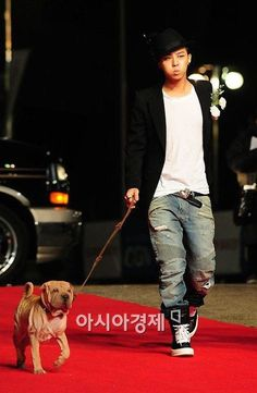 GD Jiyong G-DRAGON...Could anyone look hotter walking their dog down the red carpet? No.