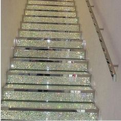 I need a closet with this mind of stairway ❤
