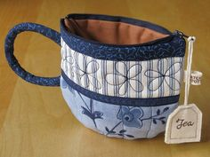 TeaCup pouch -idea only Sewing Hacks, Sewing Tutorials, Sewing Crafts, Sewing Kit, Zipper Bags, Zipper Pouch, Fabric Bags, Quilted Bag, Bag Making