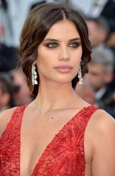 The best makeup and hairstyle ideas to try from Cannes Film Festival Sara Sampaio Loading. The best makeup and hairstyle ideas to try from Cannes Film Festival Sara Sampaio Sara Sampaio, Cannes Film Festival, Festival 2017, Beauty Make-up, Hair Beauty, Beauty Dupes, Red Carpet Makeup, Red Carpet Updo, Belle Silhouette