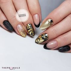 The pattern goes along with the color so well, right? #golden #black #pattern #design #nails #manicure