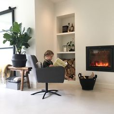 binnenkijken bij wonenbydjo #interieurinspiratie #homedeconl Small Condo Living, New Living Room, Interior Design Living Room, Home And Living, L Shaped Living Room Layout, Living Room Storage, Fireplace Design, Modern Interior Design, Interior Ideas