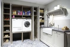 Mooie afgewerkte wasruimte met apparatuur op werkhoogte