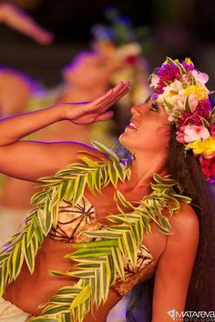 Nonosina in Tahiti ~ photo by Matareva Polynesian Dance, Polynesian Islands, Polynesian Culture, Hawaiian Islands, Hawaiian Goddess, Islas Cook, Tahitian Costumes, Tahitian Dance, Tahiti French Polynesia