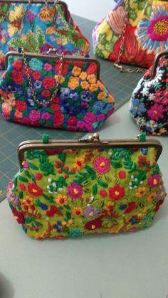 Bolsas                                                                                                                                                                                 More Embroidery Purse, Vintage Embroidery, Embroidery Stitches, Embroidery Designs, Mexican Embroidery, Frame Purse, Handmade Bags, Beautiful Bags, Purses And Bags