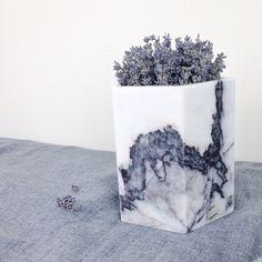 https://c2.staticflickr.com/6/5594/30462513935_deb947b529_b.jpg  【花器小故事】 温室大理石花器的出生,是來自建材切邊來創作。 將石頭,重新組合過,成為新的生命,是一種表達再生的想法。  天然的紋路,是它最大的特色,地球上沒有任何一片石...