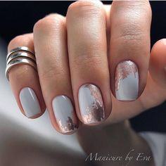 There are three kinds of fake nails which all come from the family of plastics. Acrylic nails are a liquid and powder mix. They are mixed in front of you and then they are brushed onto your nails and shaped. These nails are air dried. Rose Gold Nails, White Nails, Gold Gel Nails, White Nail Art, Faux Ongles Gel, Nagellack Design, Best Nail Art Designs, Foil Nail Designs, Pretty Nail Designs