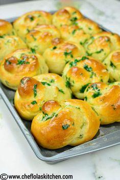 45 degree view of Garlic Knots (Bread) Make Garlic Bread, Homemade Garlic Bread, Homemade Pasta, Sweet Dinner Rolls, Homemade Dinner Rolls, Garlic Rolls, Garlic Knots, Bread Bun, Bread Rolls