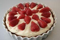 Elisas gode jordbærtærte... En hel fantastisk jordbærtærte, som er nem at lave. Jeg tilføjer altid marcipan i bunden.