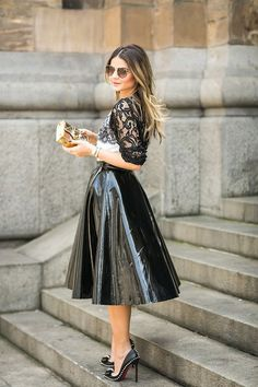 Saia midi - como usar saia midi - luxos e luxos leather одежда, юбка, латек Pvc Skirt, Dress Skirt, Midi Skirt, Latex Fashion, Pvc Rock, Vinyl Clothing, Pvc Vinyl, Leather Dresses, Leather Skirts