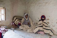 Ein Paar in ihrem Haus in Tilmi. Die Menschen leben in Lehm- oder Steinhütten, die sich an die Berge schmiegen.