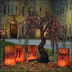 30 Cool Outdoor Halloween Decorating Ideas Happy Halloween, Table Halloween, Halloween Decorations To Make, Halloween Outside, Holidays Halloween, Spooky Halloween, Halloween Crafts, Halloween Party, Halloween Bags