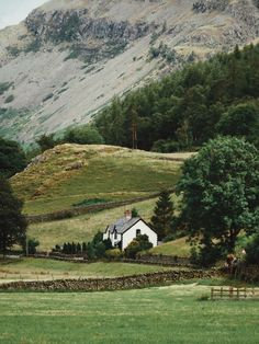 A lonely cottage in the Lake District, Cumbria, England, Great Britain. Lake District Cottages, English Countryside, Farm Life, Country Life, The Great Outdoors, Landscape Photography, Places To Go, Beautiful Places, Scenery