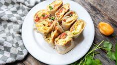 Estos rollitos de huevo y aguacate son una cena rápida saludable fácil de preparar. Toma nota de cómo crear un bocado delicios en 10 minutos.