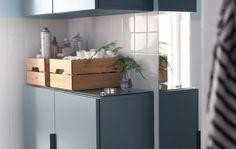 ¿Necesitas guardar muchas cosas en un baño pequeño? Te aconsejamos dejar cierto espacio entre dos armarios de pared para colocar una estantería.