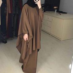На данном изображении может находиться: один или несколько человек и люди стоят Niqab Fashion, Modest Fashion, Fashion Outfits, Muslim Women Fashion, Islamic Fashion, Estilo Abaya, Hijab Style Dress, Mode Abaya, Hijab Fashionista